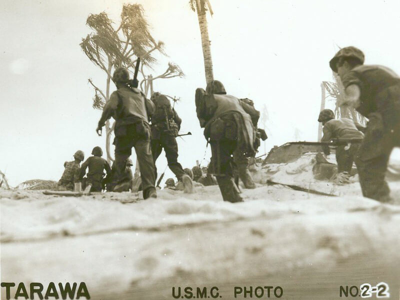 american troops changing position on tarawa